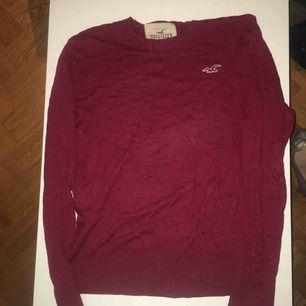 Röd tröja från Hollister, endast provad. Frakt tillkommer.