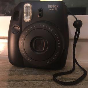 Fujifilm instax mini polaroid kamera. Du får också en rosa påse för förvaring av kameran 💓💓💓 Den är i fint skick!