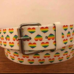 Pride Love skärp, nytt och fint!  Kan skickas, men då det kan bli dyrt i frakt så kanske enklast om någon bor nära och jag kan lämna eller ni hämta det. Bor i Enskededalen och jobbar i Farsta. Söderort prioriteras.