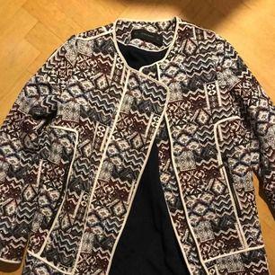 Jättefin kappa från Zara. Bra skick och använd fåtal gånger!