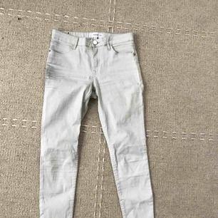 Oanvända vaxade ljusgrå byxor från Mango