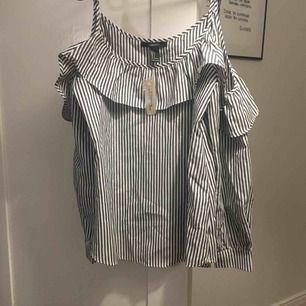Aldrig använd skjorta från Forever 21. Bara axlar. Volang. Frakt tillkommer.