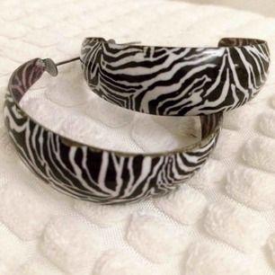 Skitsnygga zebramönstrade örhängen. Frakt tillkommer på 9 kr ❣️