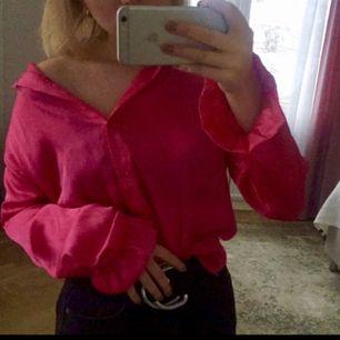 """Jättesnygg och trendig neonrosa skjorta i satin från na-kd. Använd max 3 gånger och säljs pga utanför min """"comfortzone"""". Väldigt oversized så skulle säga att den passar storlek xxs-s. Fraktas för 59kr eller möts upp i Västerås!"""