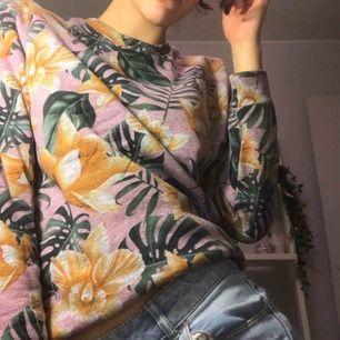 En varm sweatshirt med tropisk design från Carlings egna märke STAY. Välbevarad och i gott skick. Kan mötas upp i Stockholm, vid frakt står betalaren för frakten.