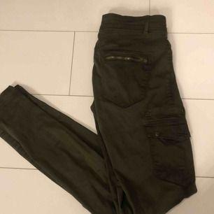 Militärgröna byxor från ZARA. Köpare står för eventuell fraktkostnad💫