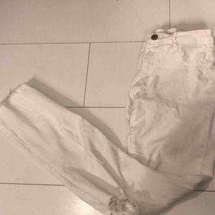 Vita byxor med hål vid knäet från Zara. Köpare står för eventuell fraktkostnad💫
