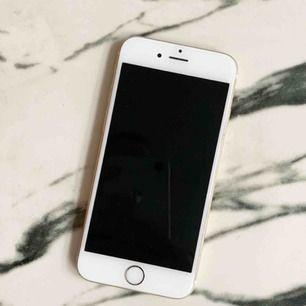 Säljer nu min iPhone 6s 35GB i färg guld! Telefonen är köpt 2017, fungerar felfritt. Inga synliga repor på skärmen men några små på baksidan, inget som syns mycket ihäller. :)