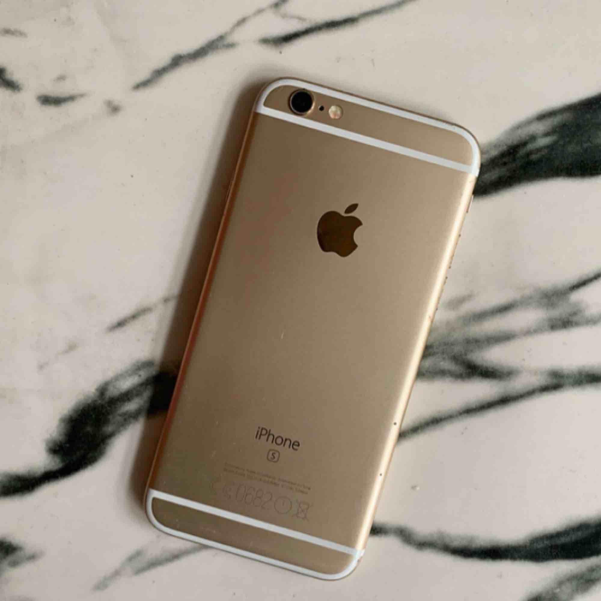 Säljer nu min iPhone 6s 35GB i färg guld! Telefonen är köpt 2017, fungerar felfritt. Inga synliga repor på skärmen men några små på baksidan, inget som syns mycket ihäller. :). Accessoarer.