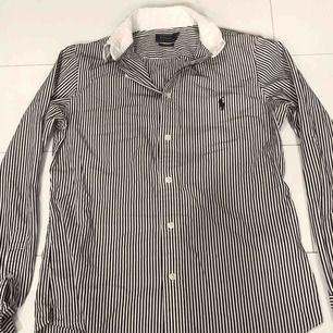 Randig skjorta från Ralph Lauren Polo med Custom Fit. Köpare står för eventuell fraktkostnad💫