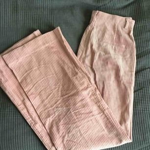 Manchesterbyxor i dustrosa från H&M Trend. Stl 38. Highwaist och flare. Använda en gång.