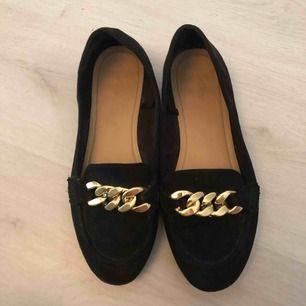 Super söta ballerina skor med snygg klassisk kedja. Storlek 40.