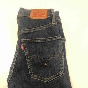 Super skinny Levi's jeans med hög midja som går upp över naveln. Väldigt skön modell men tyvärr för små. Nypris: Ca 1000kr. Väldigt bra skick. W23 L32