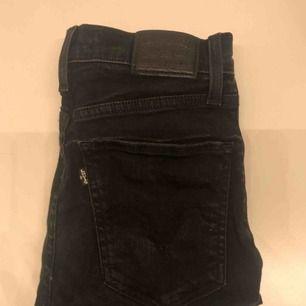 Super skinny Levi's jeans med hög midja som går upp över naveln. Väldigt skön modell men tyvärr för små. Nypris: Ca 1000kr. Väldigt bra skick. W23 L32. Frakt tillkommer