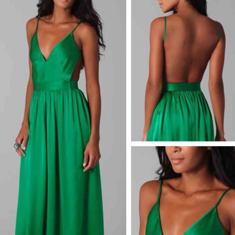 Balklänning i grönt, öppen rygg. Oanvänd! S/M. Nypris 2000kr säljes för 500kr. Perfekt till bal i vår/sommar. Klänningar.