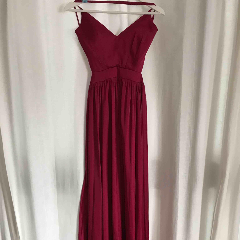 Fantastisk fin balklänning i röd mjuk färg. Använd en gång men kemtvättad, inte en skråma! Storlek S. Köpt för 2000kr, säljes för 500kr. kan skickas!. Klänningar.