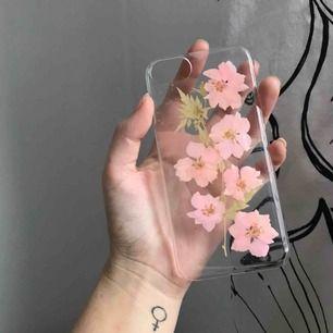 🌸 Genomskinligt iPhone-skal med pressade blommor! Passar iPhone 6/6S/7/8 🌸 Fraktkostnad: 10 kr