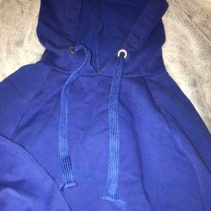 Snygg blå hoodie. Använd några gånger. Stor i storleken. Frakt tillkommer men de flesta av mina priser går att diskutera.