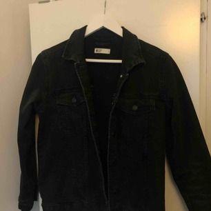 Säljer min svarta jeans jacka🤗köparen står för frakten, pris kan diskuteras vid snabb affär