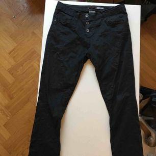 Svarta byxor med hjärta baktill. Större i storleken (passar perfekt på en M). Frakt tillkommer.