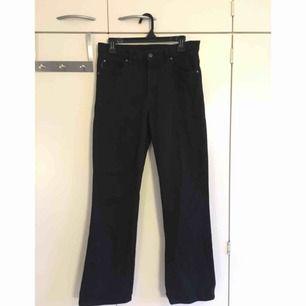 Ett par ursnygga bootcut jeans! Köpt vintage (märket är Flash) aldrig använda av mig iaf! Har inte så stor bootcut och är lite kortare i benen! Köparen står för frakt✨