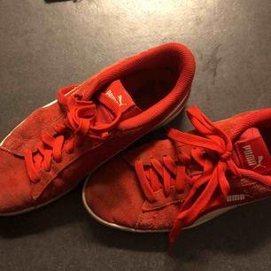 Röda puma skor. Hyfsat använda. Ett litet hål i högra hälen, syns ej och känns inte av, lite små smutsiga men ändå fint skick.