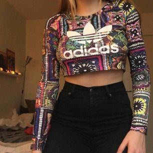 Cool & unik croptop från Adidas. Använd men i bra skick, köpt i London