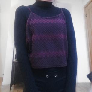 Mönstrat linne i lila och vintrött från Atmosphere. Frakt tillkommer vid köp.