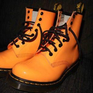 Helt oanvända Dr. Martens 1460 acid orange. (8 eye) Storlek 38.  Säljer pga att jag aldrig använder skorna.  Finns att hämta i Jönköping. Önskas att de skickas betalar du för frakten :)
