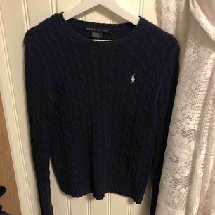 En äkta Ralph lauren kabelstickad tröja i storlek s.  Fraktar, tar emot swish. Priset är inklusive frakt:)