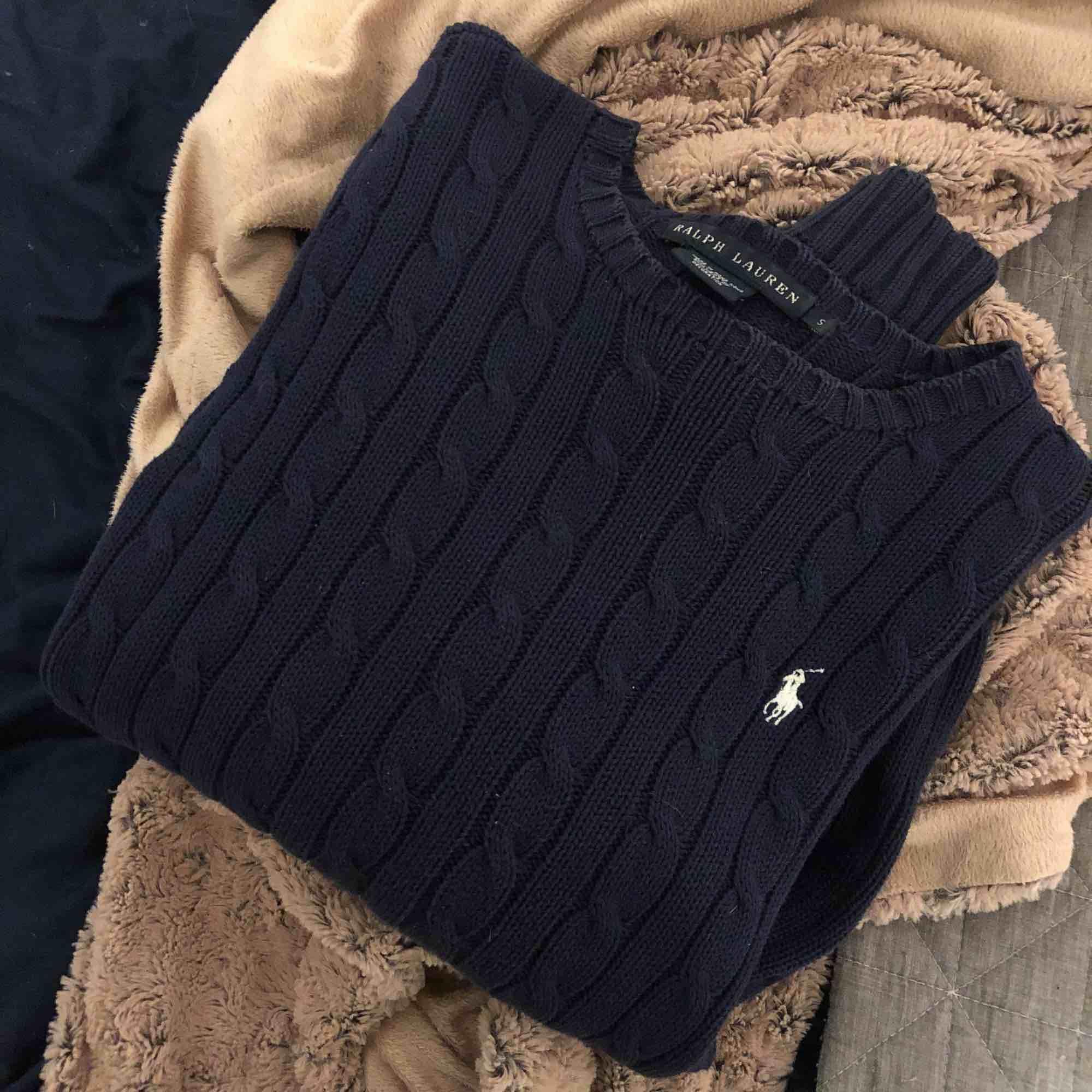 En äkta Ralph lauren kabelstickad tröja i storlek s.  Fraktar, tar emot swish. Priset är inklusive frakt:). Stickat.