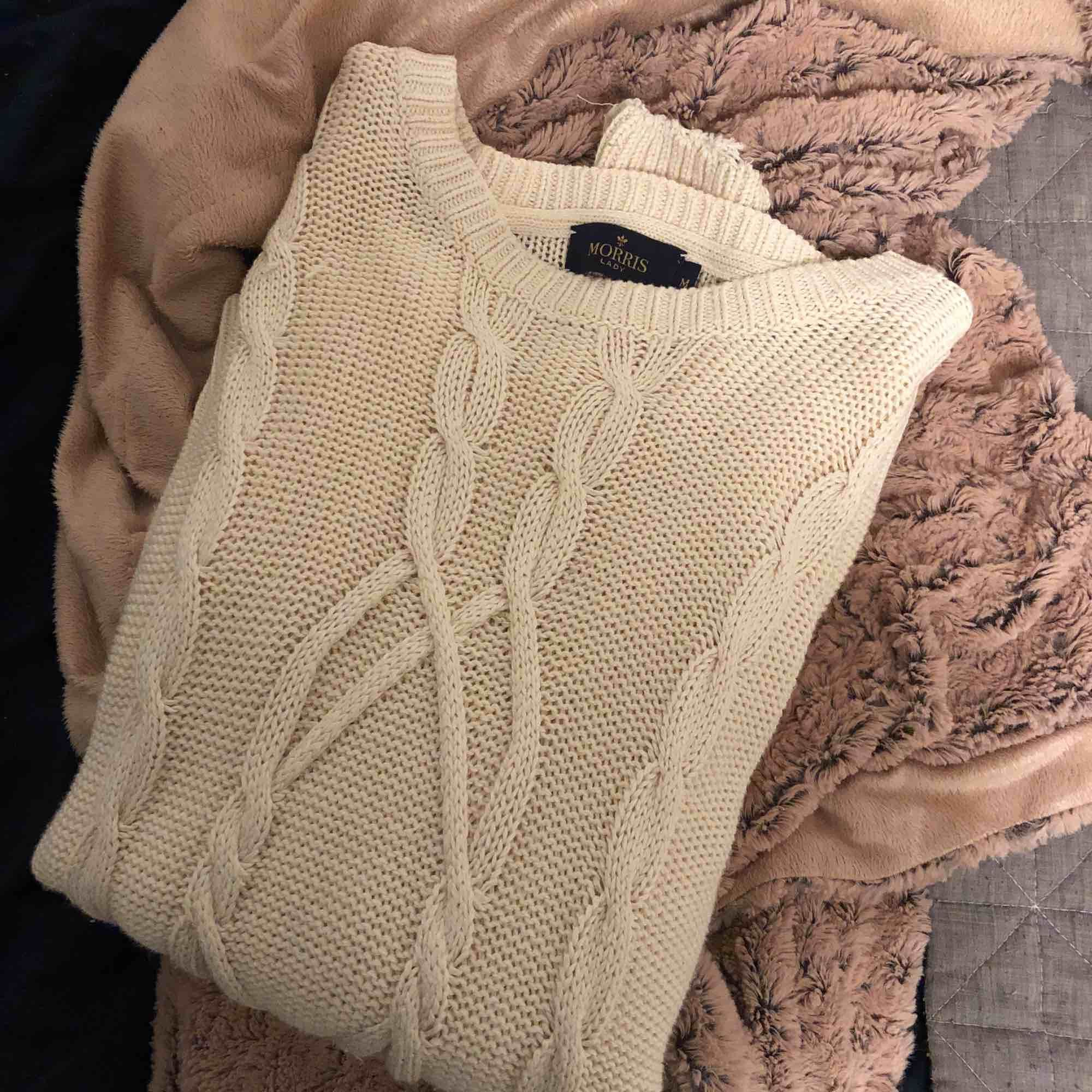 En kabelstickad tröja från Morris lady i storlek M. Använd fåtal gånger och är i kvalite som en ny. Fraktar, tar emot swish. Priset är inklusive frakt. Stickat.
