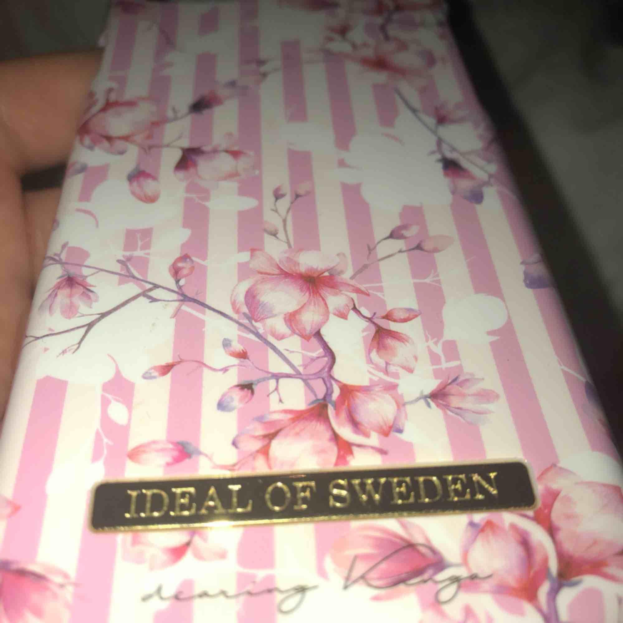 Ideal of Sweden skal! Endast en defekt som ni ser på bilden, annars fint skick! Frakt kan tillkommas. Övrigt.