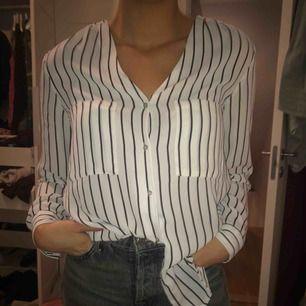 Randig skjorta/blus, mer silke-aktigt och mjukt. Nästan som ny, använt bara några gånger. Väldigt fin och funkar både till vardags och till lite finare tillfällen:)