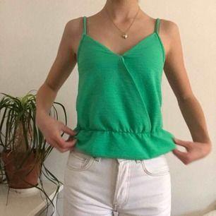 🧚🏻♀️Grönt linne från Gina Tricot. Använd en gång🧚🏻♀️ Har små fläckar men de syns inte alls förutom om man kollar nära. Frakt: 18kr Material: 100% polyester. Den är inte stretchig. Storlek: XS