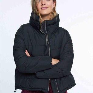 Snygg o enkel puffer jacket från Gina! Lite smink på inre sidan av kragen därav det billiga priset (går såklaaart att tvätta bort)  Frakt tillkommer