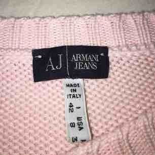 En ljusrosa stickade tröja från Armani Jeans, använd 2 gånger där av i fint skick! Kan frakta men köparen står för kostnaden. Pris kan diskuteras vid snabb affär