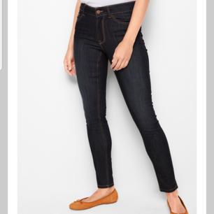 Mörkblåa jeans med gula sömmar från Lindex. Använda 1 gång, nypris 299:-👑 Mid waist, vill ni hitta dom på internet går ni in på Lindex och söker på
