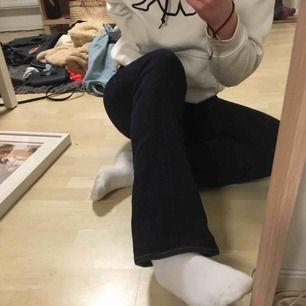 """Finfina mörkblå jeans med ljusare sömmar från gap. Storleken är 27 i midjan men är liiite stor i storleken. Stilen heter """"baby boot"""". Frakten är inkluderad i priset💕"""