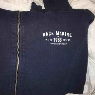 Marinblå huvtröja från racemarine, i superbra skick och knappt använd. Priset inkluderar frakt!💕