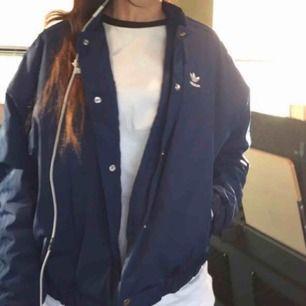 Blå adidas jacka säljs för 350kr eftersom det är lite smutsigt vid fickorna men kan tvättas bort