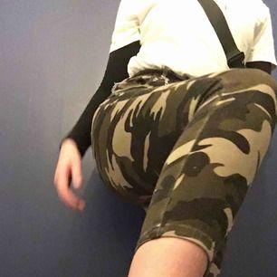 Skitfina camo-jeans i stretchigt material! Fick de här för ca 6 månader sen och har använt kanske 7ggr☺️ De går att styla skitsnyggt med tex en kedja som jag gjorde! (Säljer också kedjan på min profil) inga fläckar eller så och frakt tillkommer på 39kr♥️