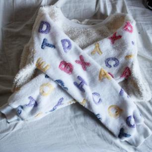 Den mjukaste tröjan du någonsin kommer att ha på dig! Vita ärmar med bokstäver i färg och äggskalsfärgad bak/framsida. Fluffig och förjävla härligt annorlunda! Frakt 54