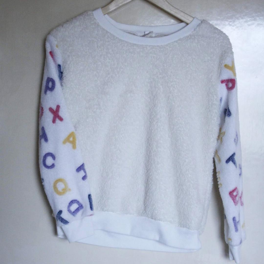 Den mjukaste tröjan du någonsin kommer att ha på dig! Vita ärmar med bokstäver i färg och äggskalsfärgad bak/framsida. Fluffig och förjävla härligt annorlunda! Frakt 54 . Tröjor & Koftor.