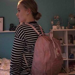 Jättefin rosa fjällräven kånken ryggsäck! Den är i jättebra skick. Priset kan diskuteras vid snabbt köp!