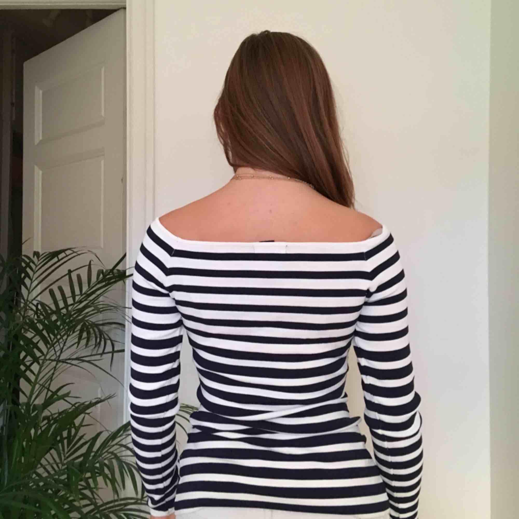 Randig långärmad tröja, vit och marinblå. Vi möts gärna upp i Stockholm men pm frakt betalar köparen det. Tröjor & Koftor.