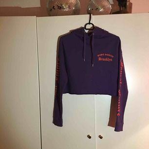 Säljer denna lila hoodien från H&M, fint skick