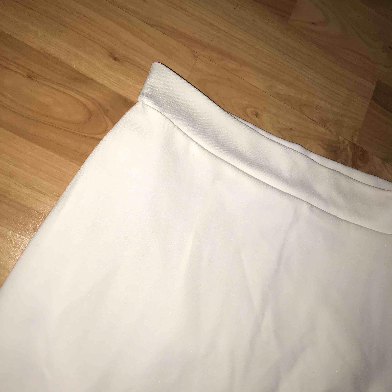 e233183e5777 Tajt vit kjol, köparen står för frakten! :) . Kjolar.