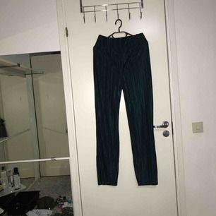 Superfina gröna byxor som jag önska passade mig men är för stora. Mycket stretchiga vid midjan. Köparen står för frakten :)