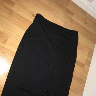 Mjuk kjol som sitter fint på kurviga kvinnor. Köparen står för frakten!